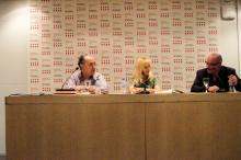 Irene Zoe Alameda con el escritor Luis Alberto de Cuenca y el editor Daniel Fernández