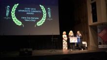 Foto en un escenario recibiendo un premio es de la Gala de Clausura, el 30-11-19